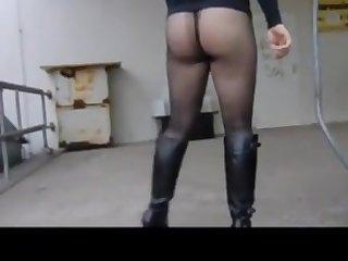 Reife Frau mit schönen Beinen geht auf der Straße und im Park